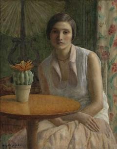 Vrouw aan tafel met cactus