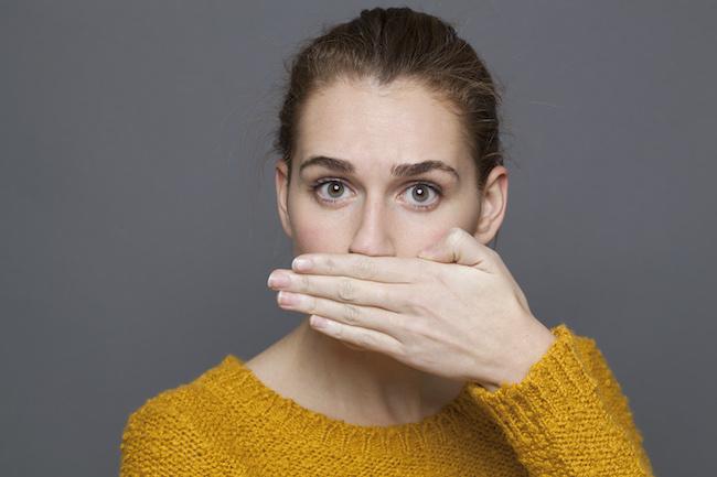 Portret van verraste vrouw die haar mond bedekt om te zwijgen