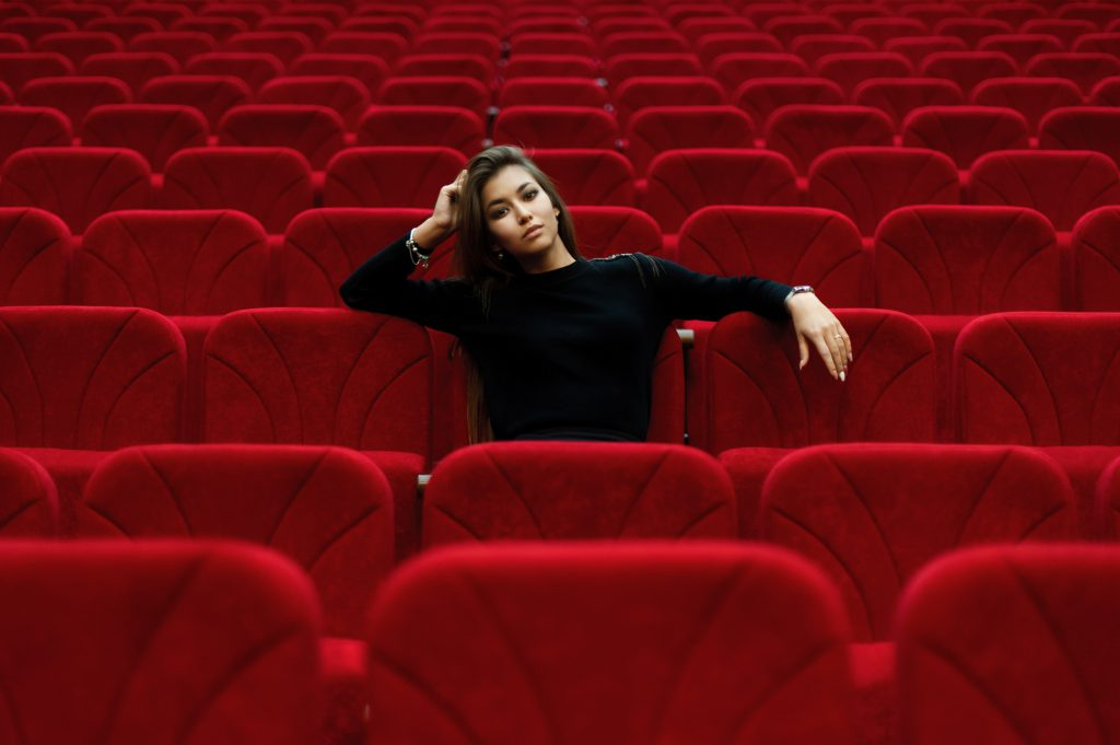 Vrouw in cinemazaal