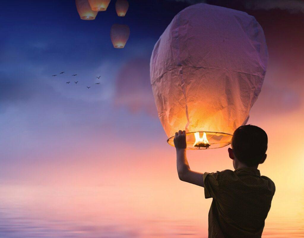 Man met lantaarnballon